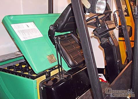 На электропогрузчиках АКБ обычно размещены под сиденьем водителя и служат противовесом