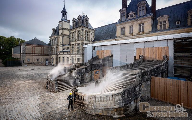 В рамках спонсорской программы по сохранению объектов культурного наследия компания Kärcher выполнила работы по очистке лестницы-подковы во дворце Фонтенбло